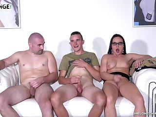 Wendy Lieutenant seduces two guys with an increment of sucks their cocks on the couch