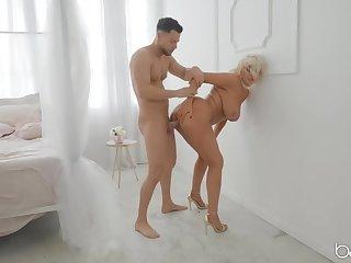 Rough fucking be advantageous to a beamy pest milf slut in golden bumptious heels