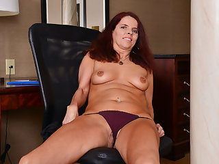 Canadian milf Candy needs ill feeling will not hear of hungry pussy