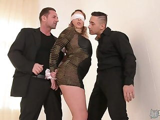 Blindfolded chubby bottomed Victoria Summers is fucked at the end of one's tether duo aroused studs